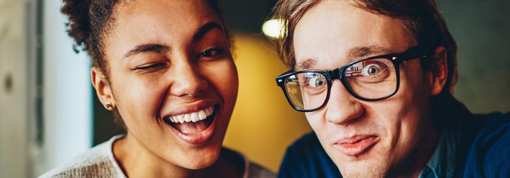 Verkooptrainingen (Sales training) geven de overtuigingskracht en versterken het presentatietalent van deze twee zelfverzekerde en lachende verkopers