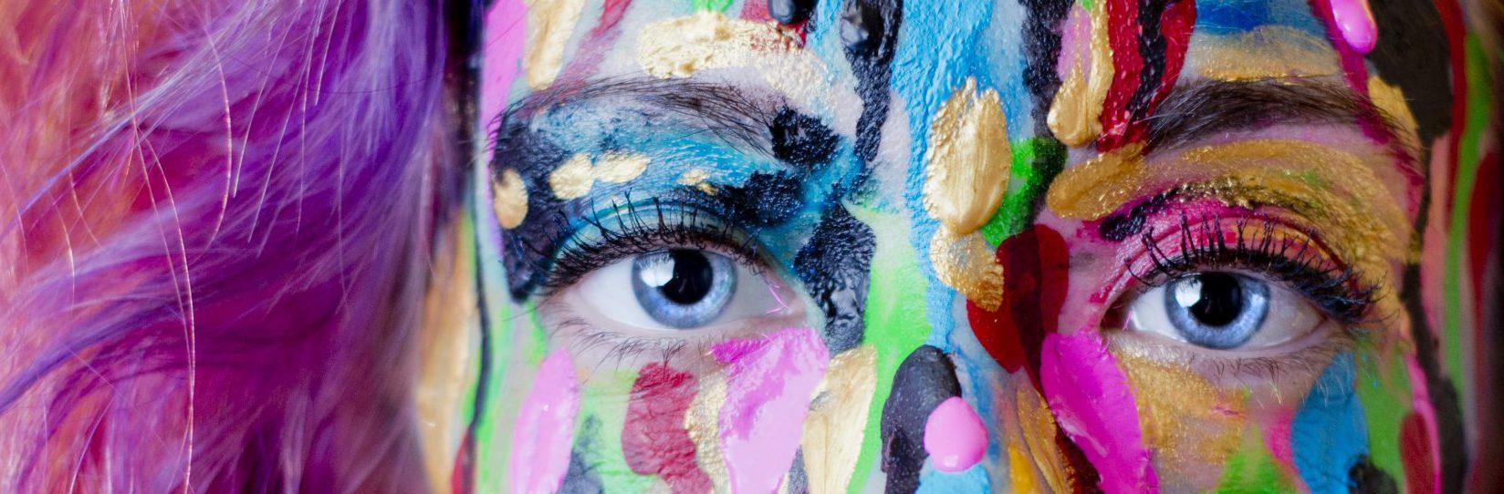 Blogs foto van dame met mooi geschilderd gezicht
