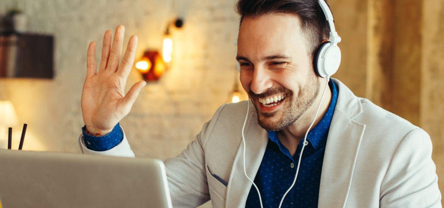 Persoonlijke Verkoop Online training maakt deze sales manager succesvoller in zijn online verkoopontmoetingen met de klant en zwaait enthousiast naar zijn klant bij afronden van online verkoopgesprek