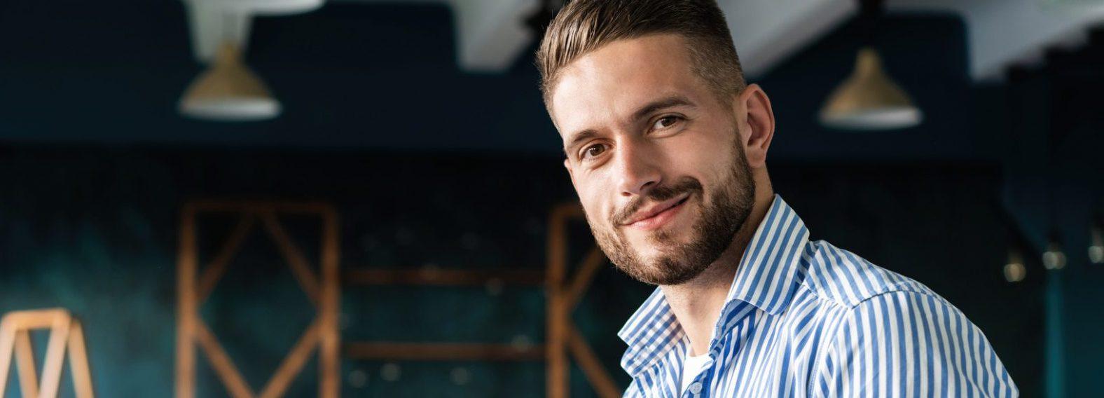 Standbouw en Standontwerp van Intraservice heeft deze lachende, enthousiaste marketing manager een unieke impactvolle stand opgeleverd