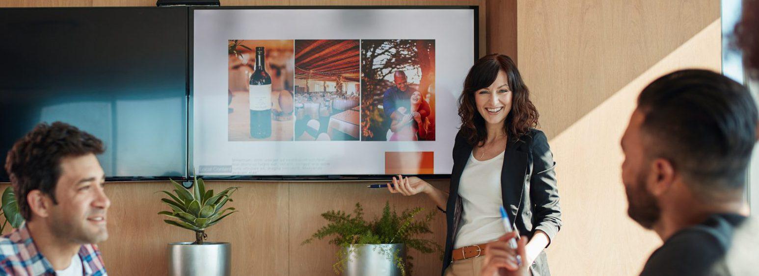 Beursstrategie, Standconcept en Bezoekersmarketing, (Exhibition Strategy, Stand Concept and Visitor Marketing) de beursmedewerkster bespreekt de resultaten na een consultancy traject begeleid door Intraservice.